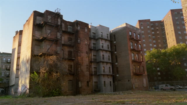 ms, canted, run down apartment buildings, harlem, new york city, new york, usa - schrägansicht stock-videos und b-roll-filmmaterial
