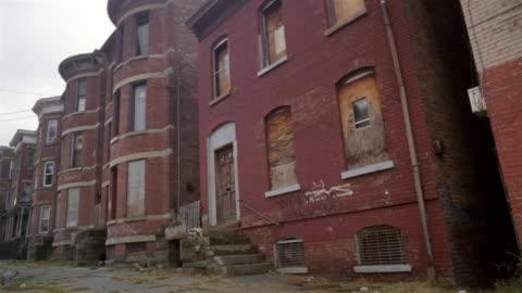 vídeos y material grabado en eventos de stock de ms, canted, run down brick apartment building, newburgh, new york, usa - deteriorado viejo
