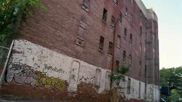 ms, canted, run down brick building, harlem, new york city, new york, usa - ハーレム点の映像素材/bロール