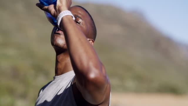 vídeos de stock e filmes b-roll de run, hydrate, repeat - foco