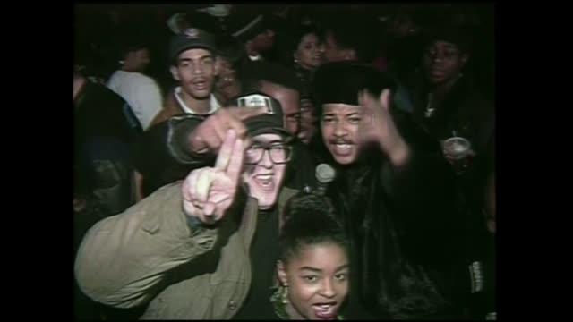 stockvideo's en b-roll-footage met run of run dmc and mc serch of 3rd base at club kilimanjaro in new york city 1990. - hiphop cultuur