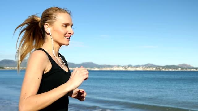 vidéos et rushes de courir sur la plage vous permet de vous sentir mieux. - profil
