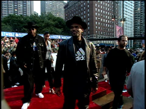 run-d.m.c. arriving on the red carpet at the 1999 mtv video music awards and waving to the camera. - darryl mcdaniels stock videos & royalty-free footage