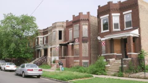 vidéos et rushes de ws run-down abandoned apartment buildings day - délabré