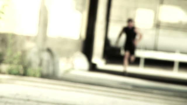 vídeos de stock, filmes e b-roll de faixa de foco de grunge - músculo humano
