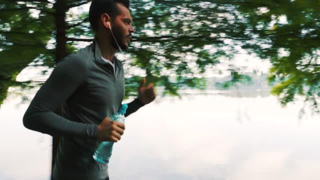 löpare gör sin dagliga träning. - bekväm bildbanksvideor och videomaterial från bakom kulisserna