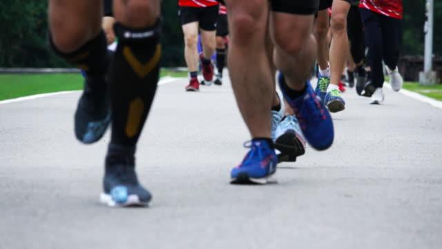 4 K: マラソンでランナーの足