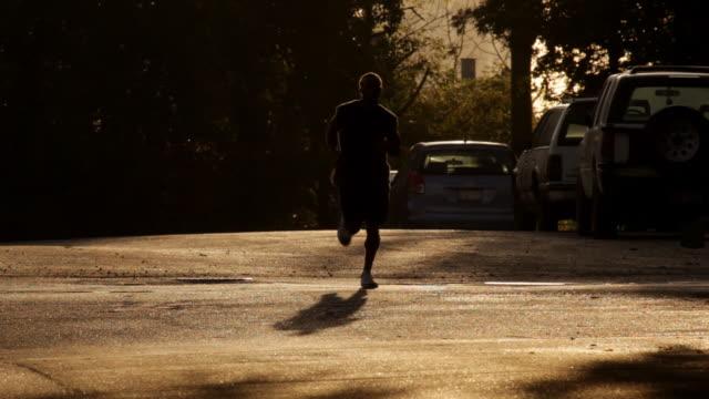 läufer im frühen morgen licht - männliche person stock-videos und b-roll-filmmaterial