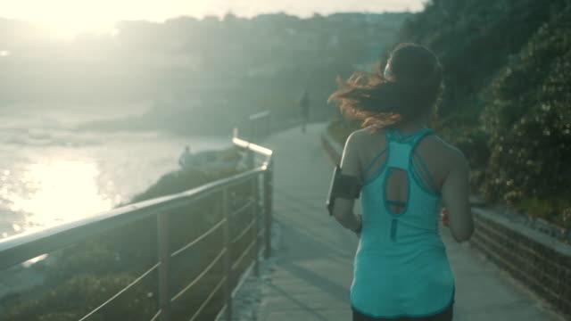 vídeos de stock, filmes e b-roll de corredor por do sol - praia de bondi