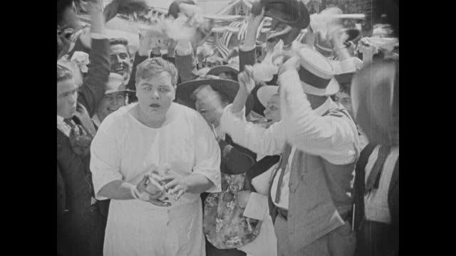 vídeos y material grabado en eventos de stock de 1918 runner (fatty arbuckle) is surprised to win race and surprised at his prize - ganar