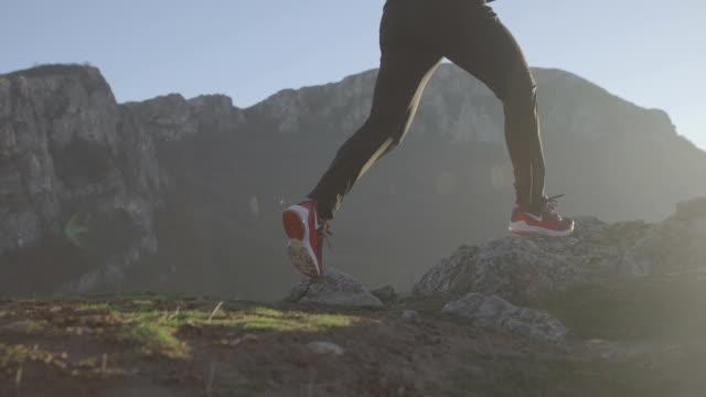 vídeos de stock, filmes e b-roll de corredor em movimento - falésia