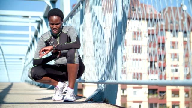vídeos de stock, filmes e b-roll de hd: runner tirando pulso. - sistema de condução cardíaco