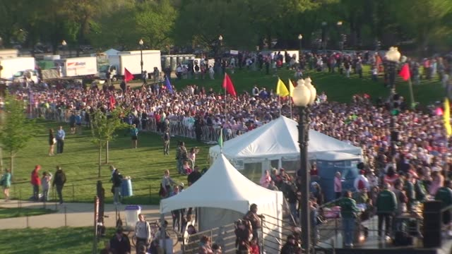 vidéos et rushes de 15000 runners begin road race in washington dc the cherry blossom ten mile run - salmini