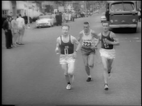 vídeos y material grabado en eventos de stock de b/w 1962 3 runners coming towards camera on street in 66th boston marathon / newsreel - 1962