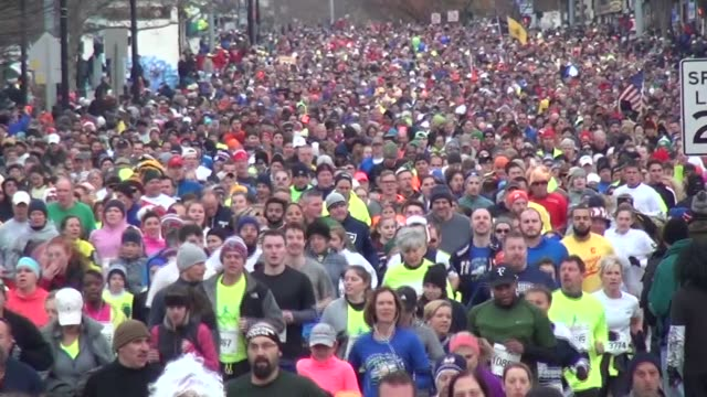 vídeos y material grabado en eventos de stock de 15000 runners head to camera in running road race close up then zoom out - salmini
