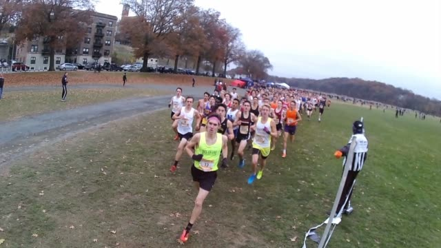 vidéos et rushes de runners head to camera right after start of race - salmini
