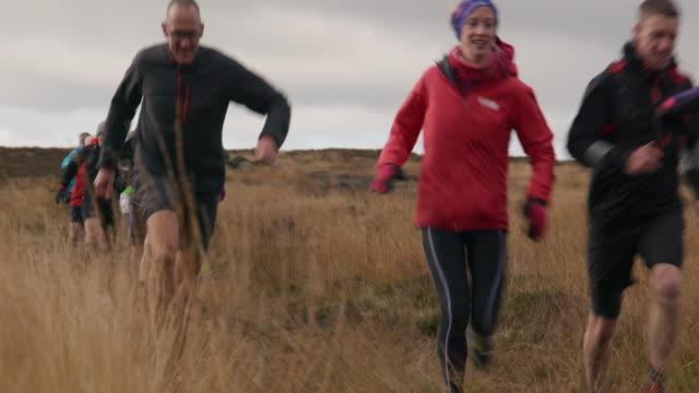 vidéos et rushes de runners in landscape - 60 64 ans