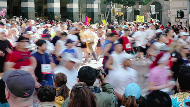 t/l ms ha runners in los angeles marathon, los angeles, california, usa - tre quarti video stock e b–roll