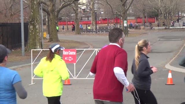 vidéos et rushes de runners in queens half marathon - salmini