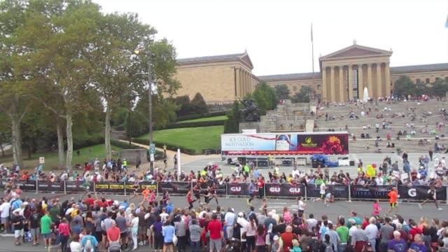 vidéos et rushes de runners in road race in philadelphia start and finish in front of philadelphia museum of art - salmini