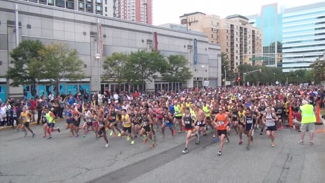 runners in road race start and head onto course - salmini 個影片檔及 b 捲影像
