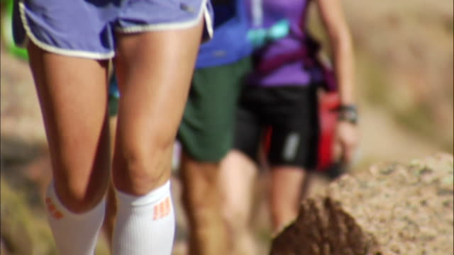 ma cu runners legs come in and out of focus on camera stays stable during on race / colorado springs/ pikes peak,co,usa - shorts stock videos & royalty-free footage