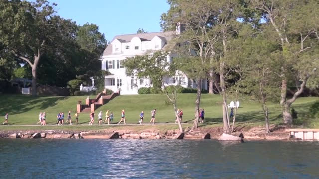 stockvideo's en b-roll-footage met runners on waterfront path along long island sound, shelter island - salmini