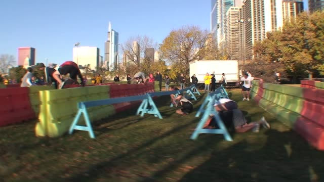 stockvideo's en b-roll-footage met runners over obstacles in the chicago urbanathlon runners over obstacles on november 01 2010 - salmini