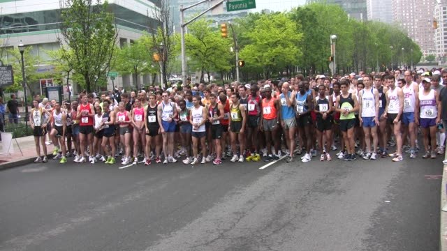 runners start race main street running - querfeldeinrennen stock-videos und b-roll-filmmaterial
