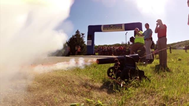 runners start race up mt washington - querfeldeinrennen stock-videos und b-roll-filmmaterial