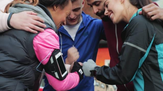 vídeos de stock, filmes e b-roll de equipe de corredores nos encontrar - maratona