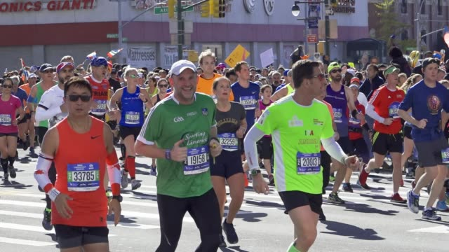 vidéos et rushes de runners traverse the borough of brooklyn during the 2018 tcs new york city marathon on november 4 2018 - traverse city