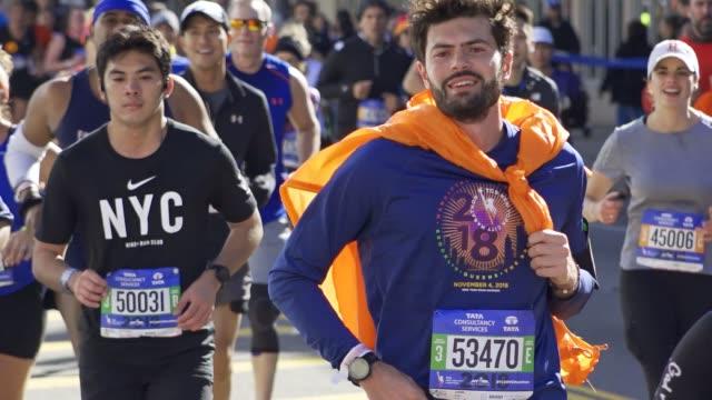 vidéos et rushes de runners traverse the borough of brooklyn during the 2018 tcs new york city marathon on november 4 2018 #nycmarathon - traverse city