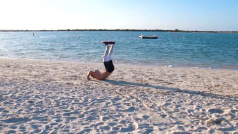 vidéos et rushes de en cours d'exécution et d'exercer sur la plage - défi