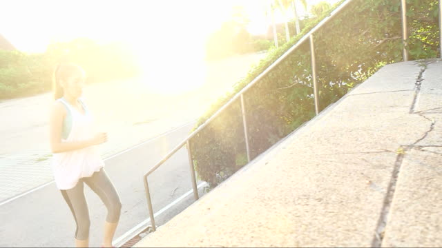 stockvideo's en b-roll-footage met hardlopen bij zonsopgang - keukentrap