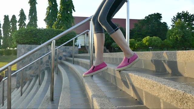 vídeos y material grabado en eventos de stock de corriendo en sunrise - corredora de footing
