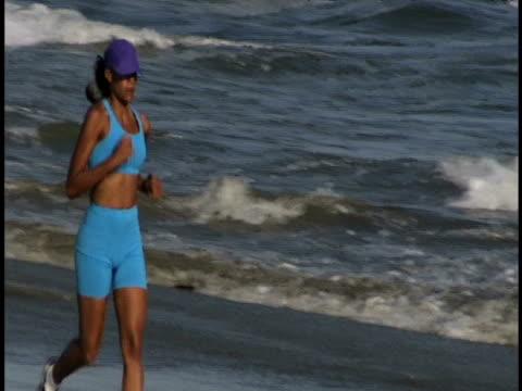 running at the beach - sportlerin stock-videos und b-roll-filmmaterial