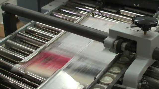 vídeos y material grabado en eventos de stock de cinturón corriendo con estampados de offset - máquina impresora