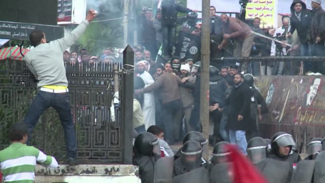 running clashes between rival protesters erupted friday in egypts second city alexandria on the eve of the final round of a referendum on a new... - dominanz stock-videos und b-roll-filmmaterial