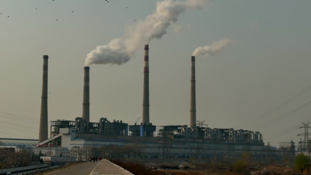 石炭火力発電所の稼働 - 工場の煙突点の映像素材/bロール