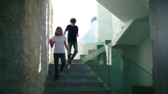 stockvideo's en b-roll-footage met running down stairs - 12 13 jaar