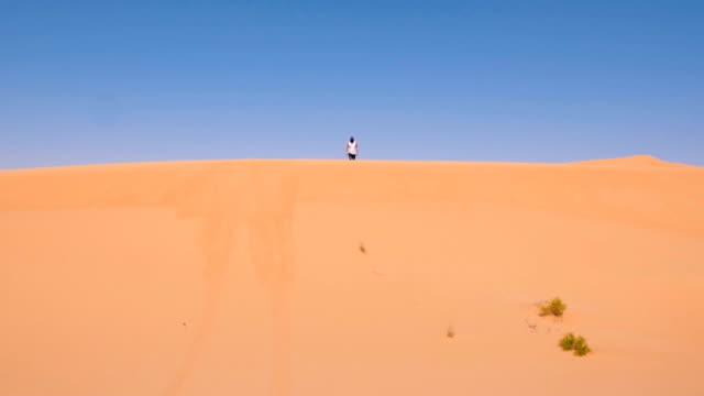 車と並んで砂丘を実行して下 - 人の足跡点の映像素材/bロール