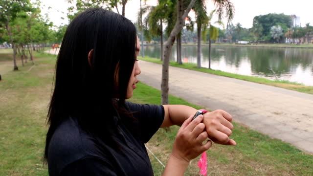 vidéos et rushes de fille en cours d'exécution. - joggeuse