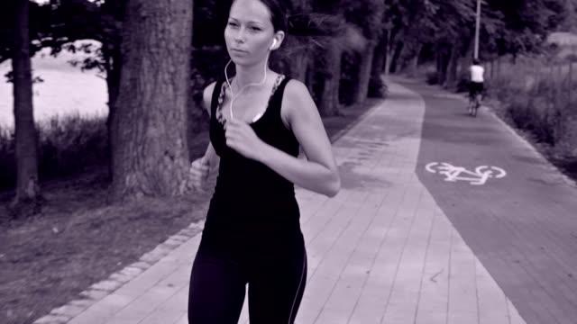 vídeos y material grabado en eventos de stock de chica corriendo.  vista blanco y negro. - corredora de footing