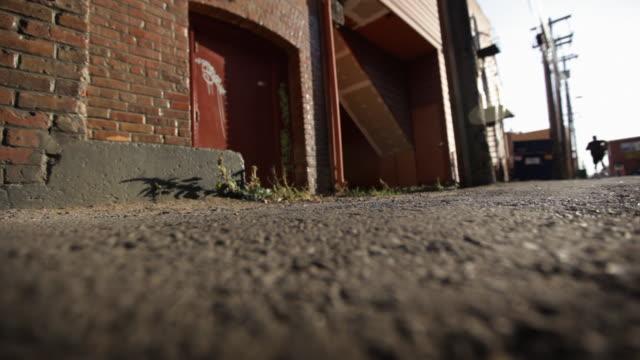 vídeos y material grabado en eventos de stock de corriendo en un callejón - paso largo