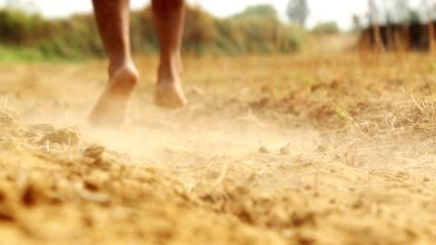 stockvideo's en b-roll-footage met uitgevoerd in de woestijn - barefoot