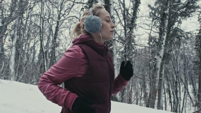 vídeos de stock, filmes e b-roll de correndo na floresta - protetor de ouvido