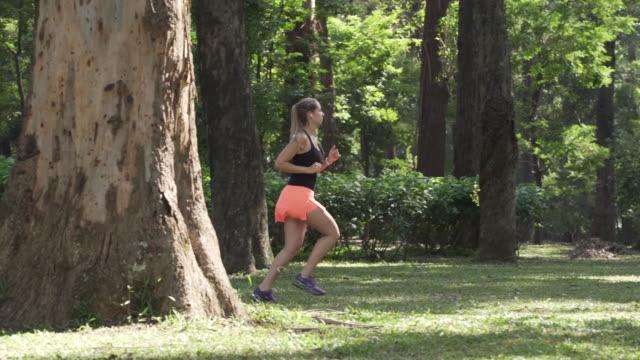 vídeos de stock, filmes e b-roll de running in ibirapuera park - cabelo louro