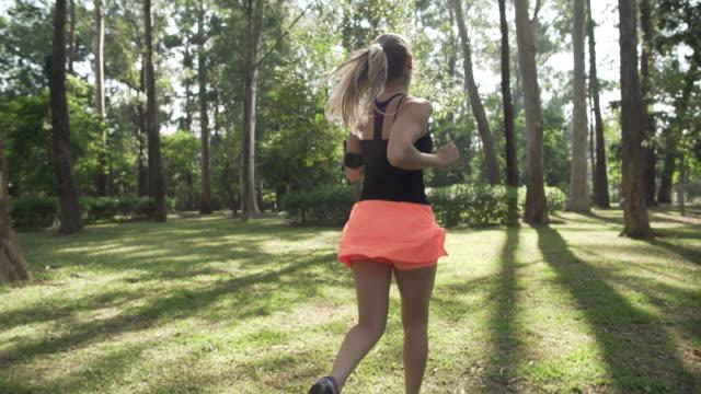 running in ibirapuera park - minigonna video stock e b–roll