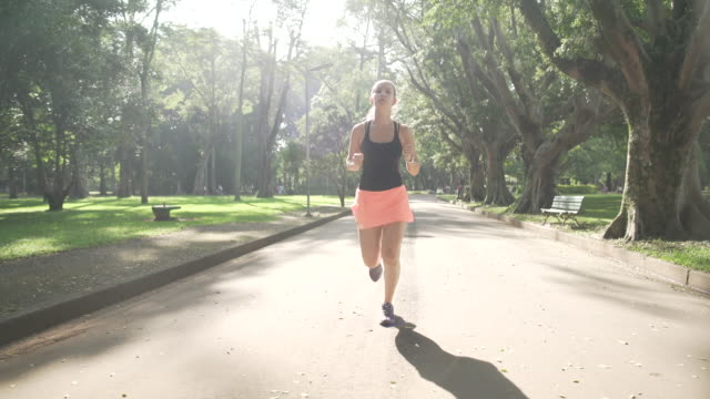 running in ibirapuera park - vorderansicht stock-videos und b-roll-filmmaterial